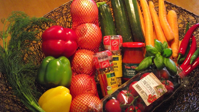 Gemüse- und Gewürzauswahl für Gemüsepfanne