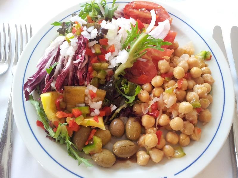 Gemischter Salat mit Kichererbsen