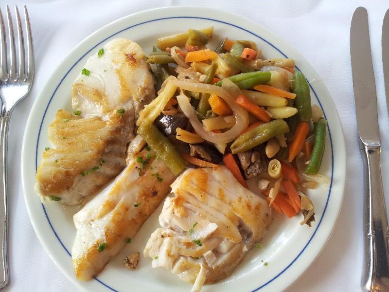 Fisch und gemischtes Gemüse