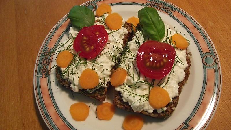 Eiweißbrot mit körnigem Frischkäse, Tomate, Möhren, Balsamicoblätter und Dill
